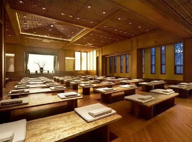 一入大堂,还有木质的带有风化感的条形格栅顶拥,旧铜打造的前台,竹子